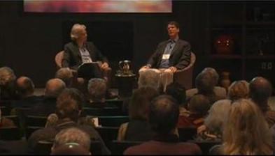Неврохирургът (седналият вдясно) по време на една от многобройните си беседи напоследък.