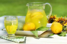 Едно от средствата за премахване на потните петна е лимонов сок и вода.