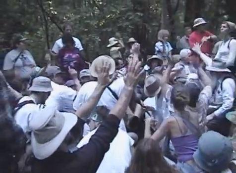Протест на американски активисти срещу престъпния синдикат в Бохемската гора.