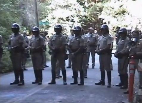 Органите на реда са строени срещу протестиращите.