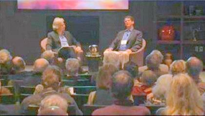Неврохирургът (седналият вдясно) по време на една от многобройните си беседи.