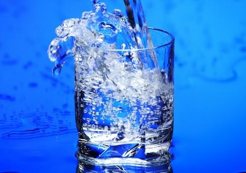 Откриха колко чаши вода на ден ни предпазват от камъни в бъбреците