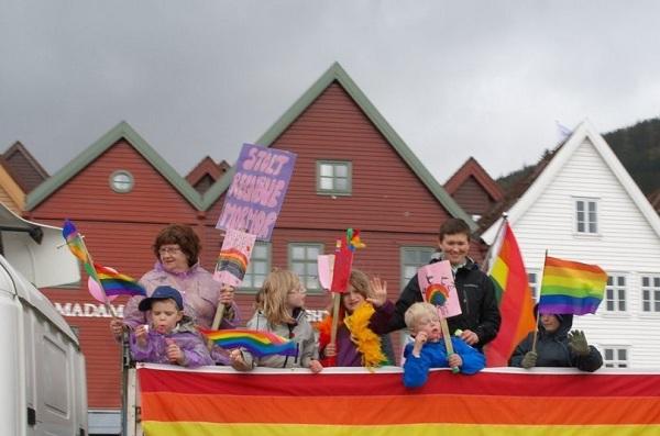 Норвегия легализира содомистичните бракове през 2009 г. в противоречие с традиционните норми за семейството.