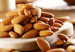 Едни от най-богатите храни на витамин В 17 са суровите кайсиеви и бадемови ядки