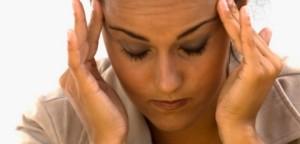 Основните симптоми на мигрена включват главоболие, гадене и други