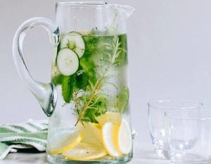 Лимонената вода е полезна при стомашен грип и къркорене на червата