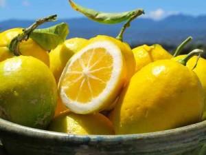 При болки в гърлото и главоболие – лимони