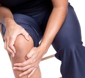 При болки в коляното лекарите препоръчват Дикрасин и Магнезиев гел. То трябва да се пази от претоварване с ходене и от обездвижване.