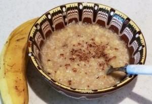 Най-често уникалното ленено брашно е подходящо да се добавя в овесената каша за закуска.